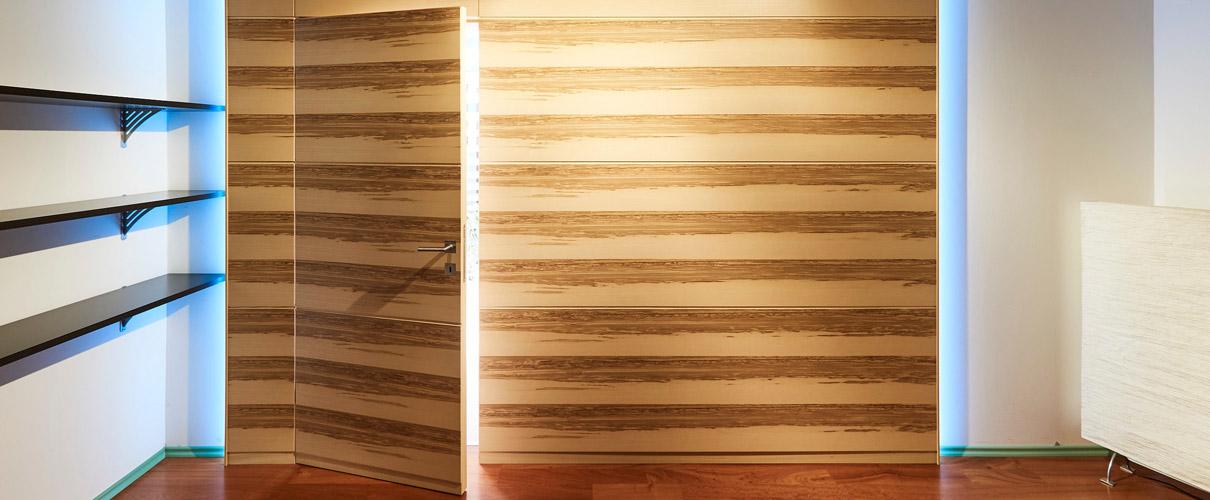 Wandvertäfelung mit integrierter Tür in Kernesche