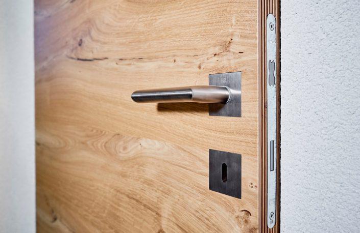 Designkante W und flächenbündiger Türdrücker bei einer wandbündigen Innentür in Eiche