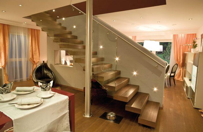 Designtreppe Olympia mit Parkettboden auf Betonwand