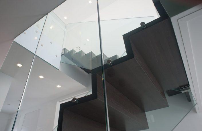 Designtreppe Perseus aus Parkett und Glasgeländer