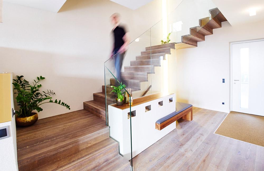 Designtreppe Perseus aus Eiche gebeizt mit Glasgeländer