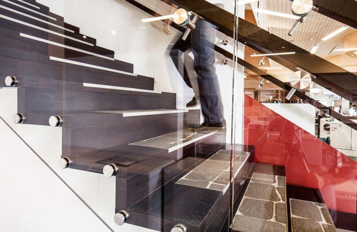 Designtreppe Perseus, Faltwerktreppe mit Steineinlagen und Glasgeländer
