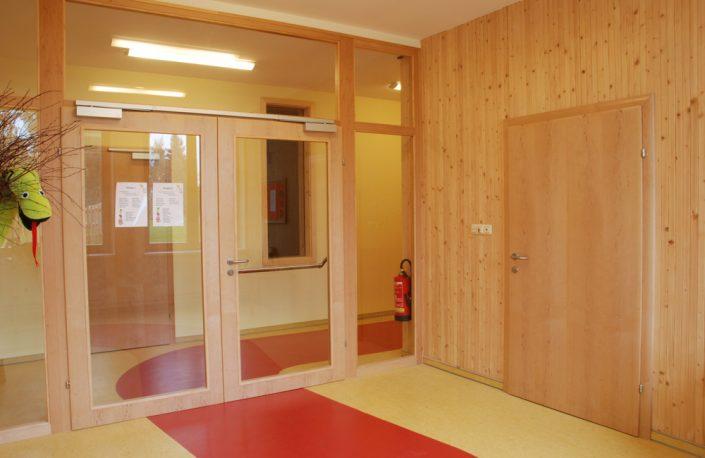 Rahmenstockelement als Windfang in einem Kindergarten