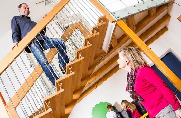 Holztreppe Kolumbus, Geländertragende Massivholztreppe aus Buche