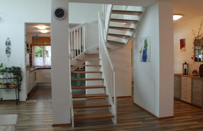 Holztreppe Poseidon in Buche gebeizt und Weiß