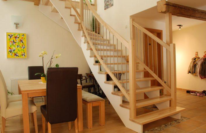 Aufgesattelte Holztreppe aus Esche mit Geländer