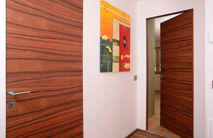 Wandbündige Innentür mit Indischer Apfel Furnier