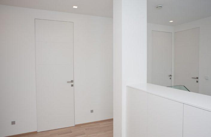 Wandbündige Innentür mit Fräsungen in weiß