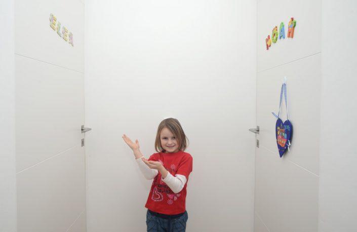 Wandbündige Innentür in Weiß mit Fräsungen