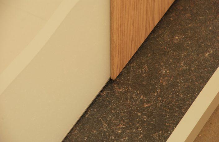 Tür mit integrierter Infrarotheizung - Detailansicht Bodenanschluss