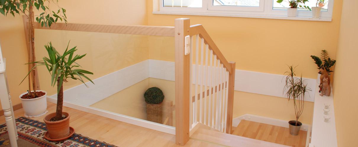 Treppengeländer mit weißen Sprossen und Brüstung mit Glasfüllung