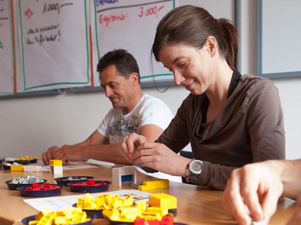 Lean-Schulungsteilnehmer beim Simulationsspiel